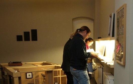 Stöbern in den ersten Ansichtsexemplaren der Fraktalwerk-Printpublikationen.